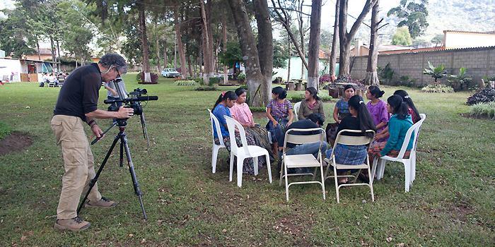 Phil Borges kuvasi Guatemalassa nuoria mayanaisia, jotka ovat nousseet muutoksentekijöiksi yhteisöissään.