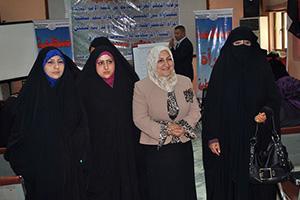 Ehdokkaita kouluttajansa seurassa Kutissa pidetyssä naisehdokkaiden koulutuksessa