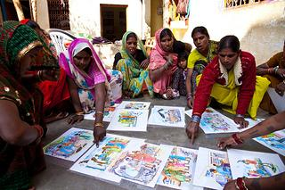 Koska suurin osa työllistettävistä naisista on vielä luku- ja kirjoitustaidottomia, käytetään koulutuksessa hyväksi kuvakortteja. (Kuva: UN Women/Gaganjit Singh )