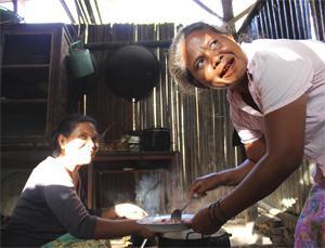 Adriana on ylpeä siitä, että Patararan itseapuryhmän viljelykset ovat laajenneet jo yli kymmenelle hehtaarille. Padassa muhiva muhennos syntyy omien peltojen tuoreista pavuista. (Kuva: UN Women/Betsy Davis)