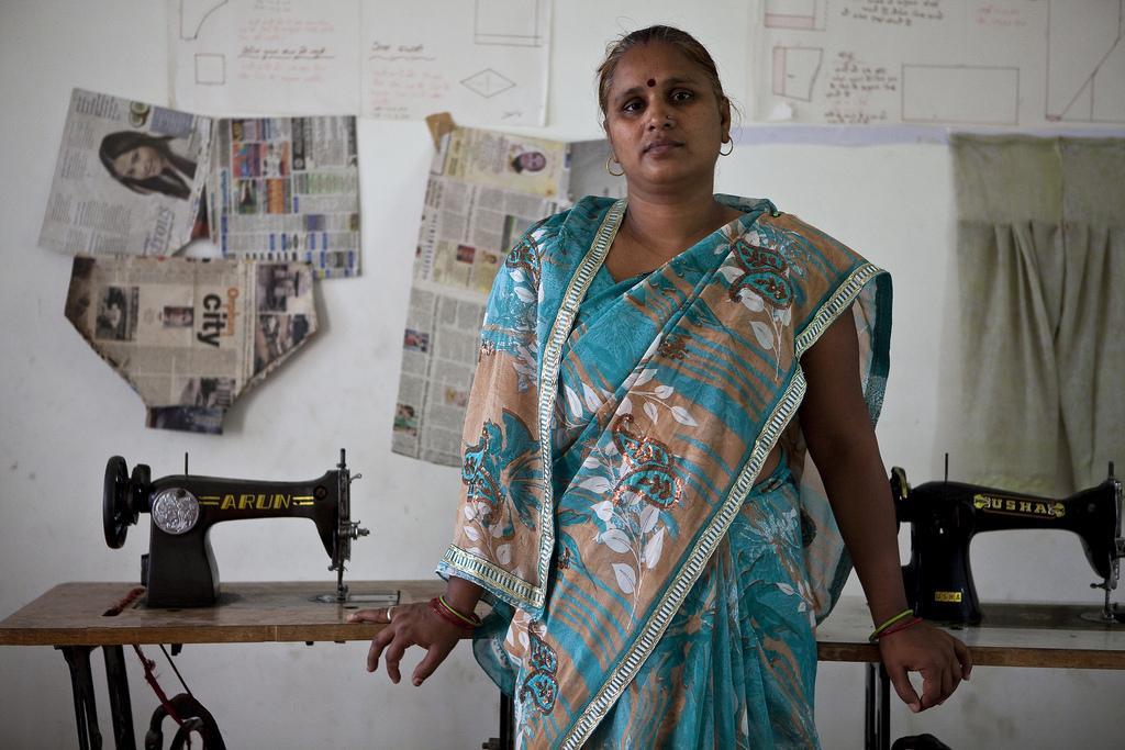 Leskien oikeus toimeentuloon on Savita Sharman sydämenasia. Hän esittelee ylpeänä ompelutilaa, joka tarjoaa uusia mahdollisuuksia naisille.