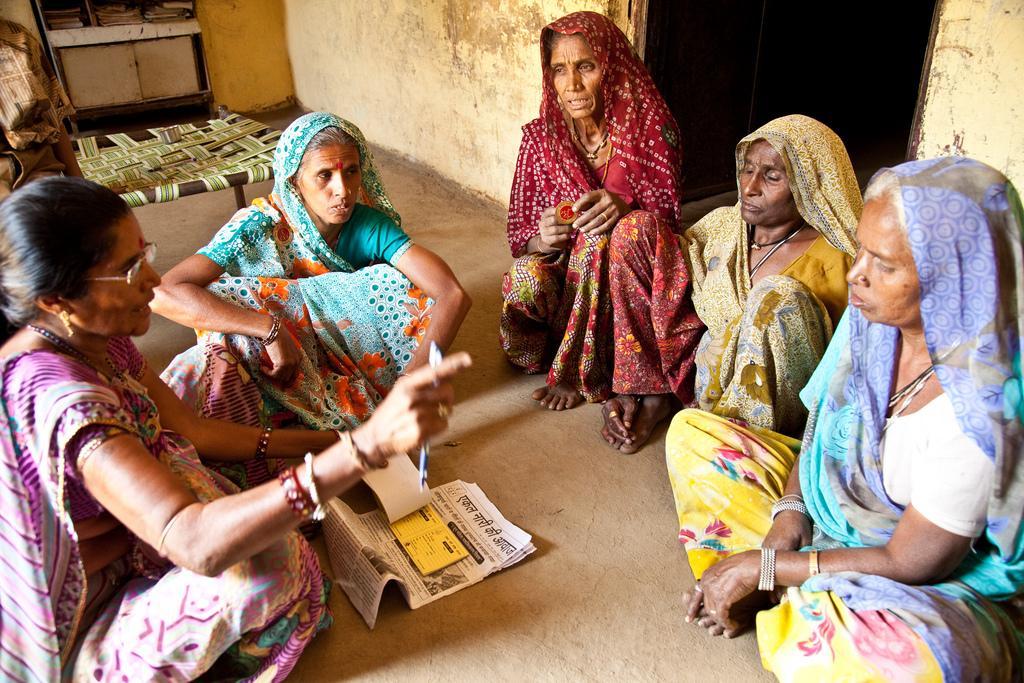Amir ja Duli kiertävät muiden leskinaisten luona rohkaisemassa heitä rikkomaan yhteisön normeja ja tuntemaan oikeutensa. UN Womenin tuella naisille luodaan myös työpaikkoja tai autetaan heitä saamaan eläke.