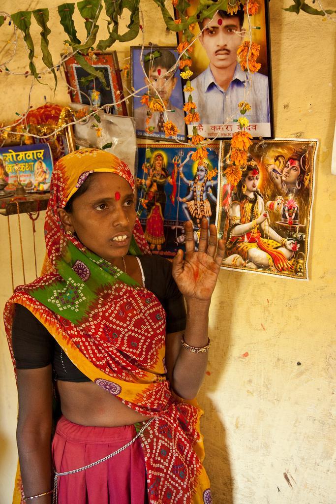Sharda menetti puolisonsa jo nuorella iällä. Hän on saanut mahdollisuuden nousta köyhyydestä. Amirin ja Dulin tavoin hän kamppailee leskien syrjintää vastaan.