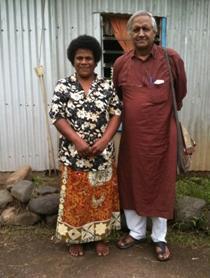 Reapi kävi koulutuksen Intiassa. Barefoot Collegen  johtaja Sanjit Roy uskoo isoäitien voimaan.