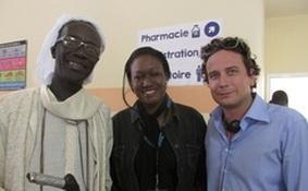 Ohjaaja Moussa Sene Absa, UN Womenin asiantuntija Codou Fall ja tuottaja Rideau Alexander sarjan lavasteissa