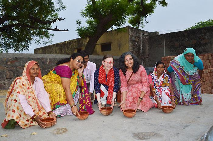 Sen lisäksi, että naiset ovat järjestäneet Naugawaniin juomaveden, ei kylän lintujenkaan tarvitse olla kuivin suin. Kyläkeskuksen pihalla naiset kutsuivat minut kaatamaan vettä lintujen juoma-astioihin. Rajasthanin kesässä lämpötila nousee reilusti yli 40 asteen.