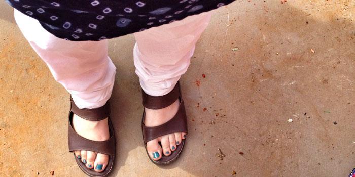 Kylänjohtajan kengissä! Innostuksissani unohdin laittaa kengät jalkaan kun astuimme Naugawanin naisvaikuttajien kanssa kyläkeskuksen ulkopuolelle jatkamaan kuulumisten vaihtoa. Kylänjohtaja Bansal vaati minua sujauttamaan hänen kenkänsä jalkojeni suojaksi kuumalla pihamaalla.