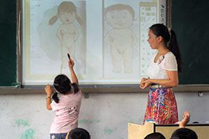 Yindian alakoulussa on käynnissä seksuaalikasvatuksen ja turvallisuuden tunti. Kuusivuotias tyttö oppii miesten ja naisten erilaisesta kehosta. (Kuva: Xinyu Zhang)