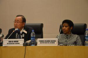 YK:n pääsihteeri Ban Ki-Moon ja UN Womenin pääjohtaja Phumzile Mlambo-Ngcuka panivat tyytyväisenä merkille Afrikan unionin kokouksessa saavutetun yhteisymmärryksen naisten ja tyttöjen oikeuksista. (Kuva: UN Women/ Abraham Gebremeskel)