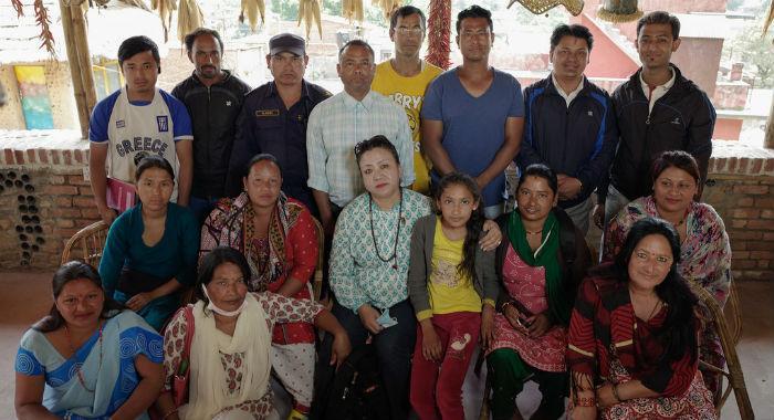 Pourakhi-järjestön paikalliset vapaaehtoiset kokoontuneena hätäapukokoukseen, jossa sovitaan toiminnasta tilanteen kertoittamiseksi yhteisössä.