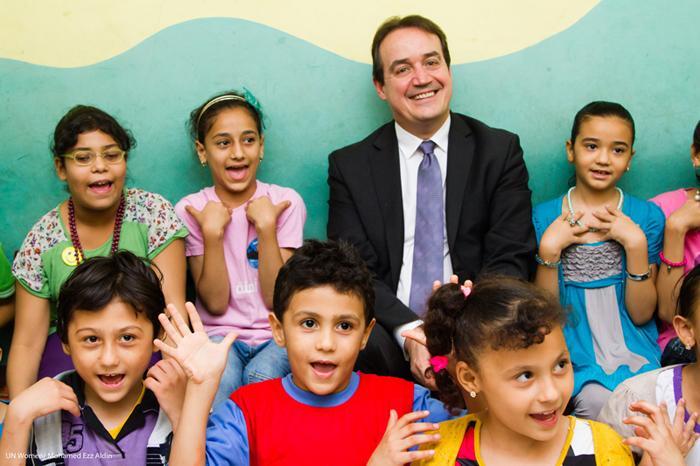 UN Womenin apulaispääjohtaja Yannick Glemarec asettui yhteiskuvaan lasten kanssa, jotka ovat mukana seksuaalista hyväksikäyttöä vastustavassa hankkeessa.
