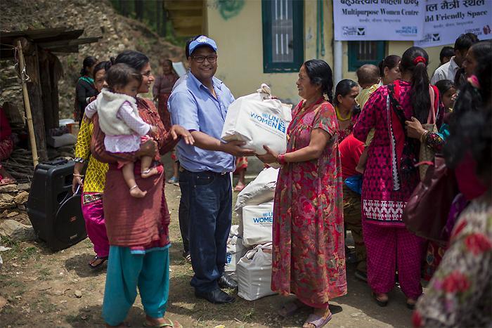 UN Women perustaa naistenkeskuksia ja jakaa avustustarvikkeita kaikkein heikoimmassa asemassa oleville naisille Nepalin maanjäristysalueilla.