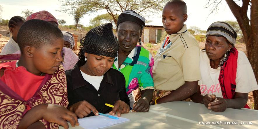 Naiset kokoontuvat viikottain ratkomaan ongelmia yhteisvoimin.