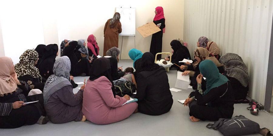 UN Women on avaamassa uuden koulutustilan. Oppimisen jano on niin suuri, että naiset käyvät jo tunneilla, vaikka tilasta puuttuvat tuolit ja pöydät.