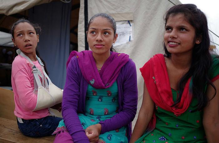 Sadat tuhannet tytöt eivät pääse kouluun maanjäristyksen vuoksi. He ovat erityisessä vaarassa joutua kärsimään seksuaalisestä hyväksikäytöstä ja väkivallasta.