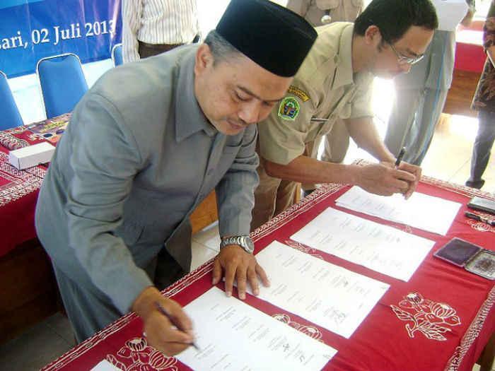 Yosep Muniri allekirjoitti heinäkuussa 2013 yhteistyösopimuksen yhdessä alueen muiden viranomaisten ja järjestöjen kanssa lapsiavioliittojen ja väkivallan lopettamiseksi.