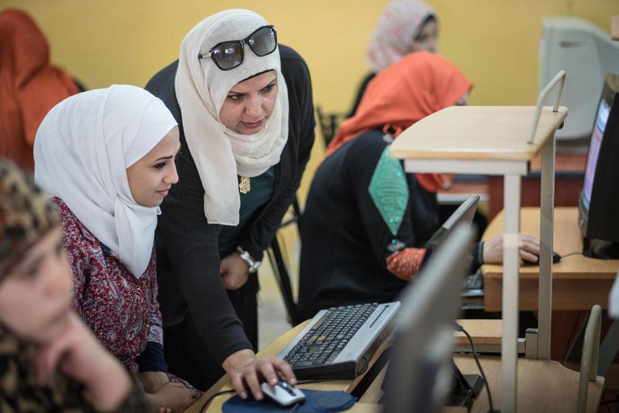 Pakolaisleirin naisia valmennetaan tulevan elämän haasteisiin.