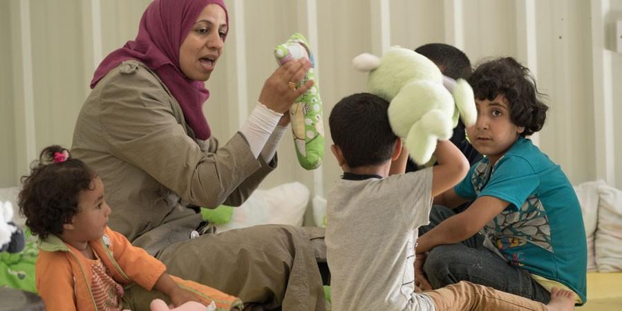 UN Women tarjoaa lapsille päivähoitoa, jotta äidit voivat tehdä työtä ja ansaita tuloja.
