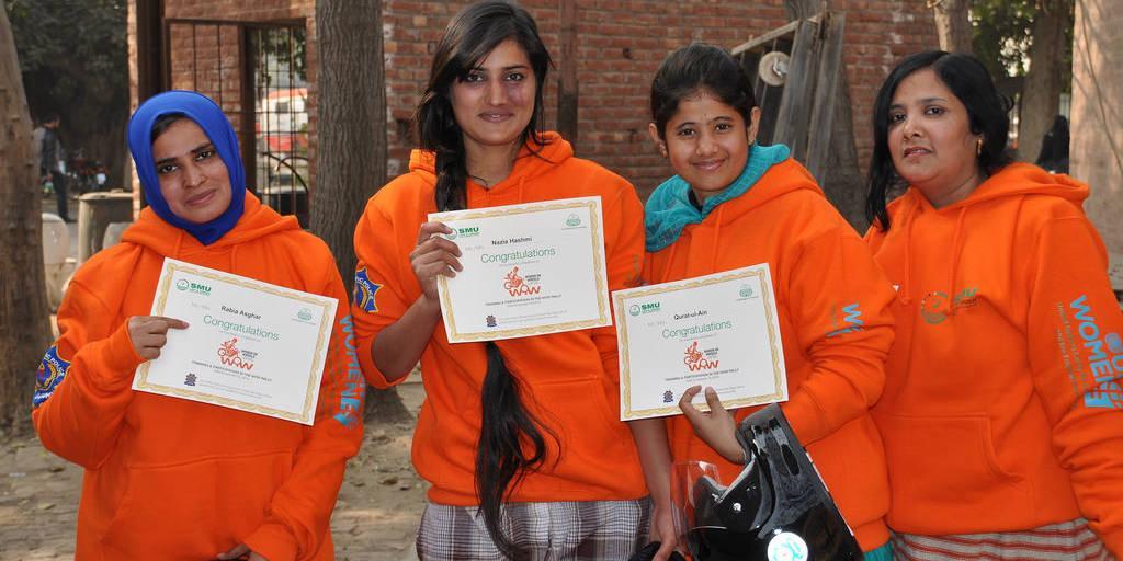 Ajokoulutuksen suorittaneet nuoret ovat ylpeitä saavutuksestaan.