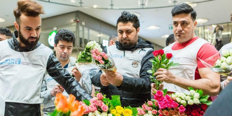 Turvapaikanhakijat jakoivat ruusuja ystävänpäivänä.