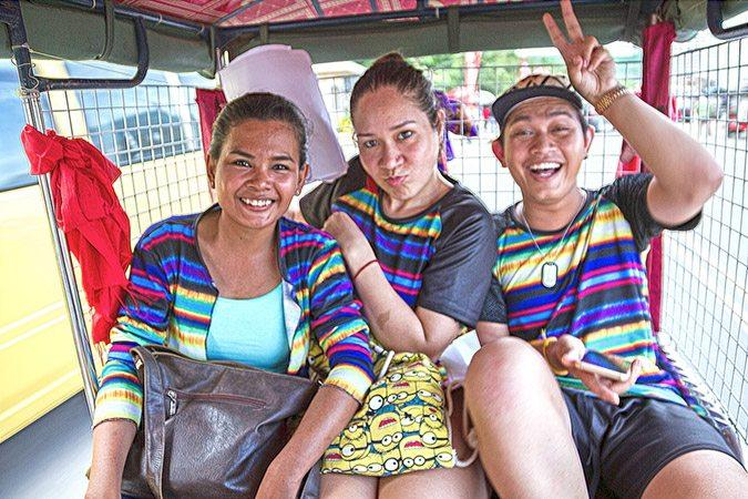 Pride-viikon perinteisen tuk-tuk-rallin voittajat Lili Suon, Sophy Heyduck ja Zin HD Narath iloitsevat tasa-arvon etenemisestä Kambodžassa.