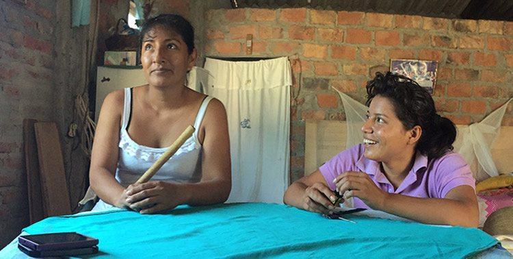 Verónica (vas.) muistelee ensimmäistä työpäiväänsä yhdessä työnjohtaja Victorian kanssa.