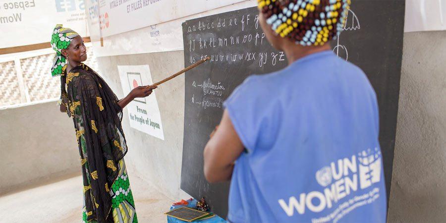 Keski-Afrikan tasavallan väkivaltaisuuksia paennut nainen opiskeli aakkosia pakolaisleirillä Kamerunissa.