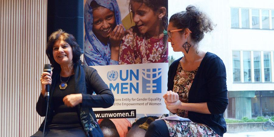 Rita Manchanda ja Turun yliopiston tutkija Minna Seikkula keskustelivat feministisestä rauhasta Helsingin Tiedekulmassa.