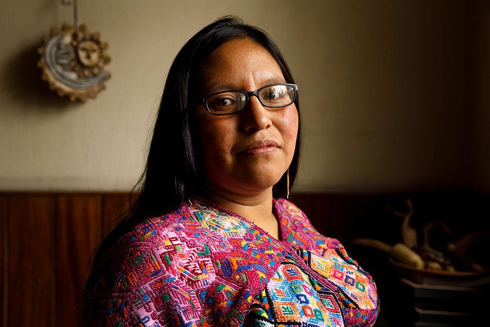 Guatemalalainen, alkuperäiskansaan kuuluva naisaktivisti poseeraamassa kameralle