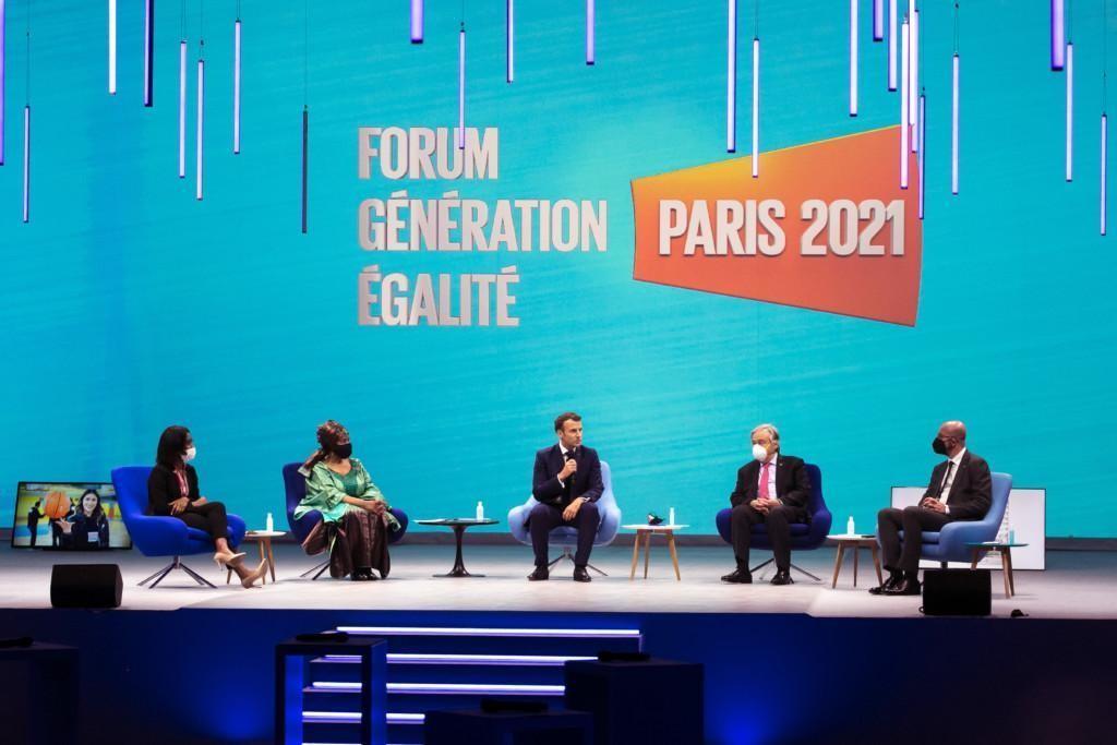 Viisi puhujaa Pariisin Generation Equality -foorumin avajaistapahtumassa; keskellä Ranskan presidentti Emmanuel Macron ja YK:n pääsihteeri António Guterres.