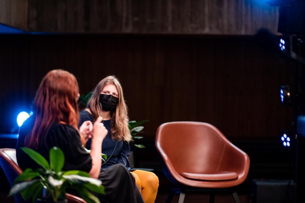 Maija Koivisto ja Aija Salo keskustelemassa Helena Ranta Forumissa