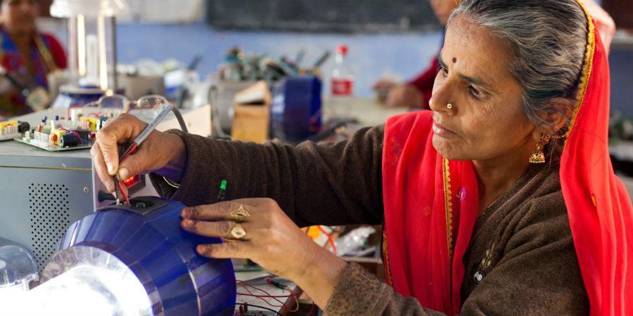 Suomalaisten tuki auttaa naisia käyttämään uusiutuvaa energiaa Intiassa