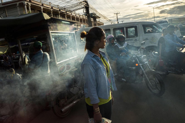 Tehtaassa työskentelevä 24-vuotias Chhun Srey Sros kävelee töiden jälkeen markkinoiden läpi.