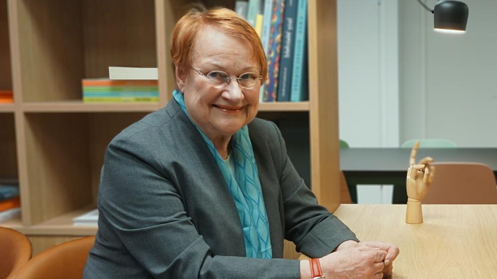 """Presidentti Tarja Halonen: """"Kun naiset osallistuvat työelämään ja tekevät sitä samassa mitassa, samoilla uratavoitteilla kuin miehet, tulee entistä tärkeämmäksi sovittaa yhteen perhe ja työelämä"""""""